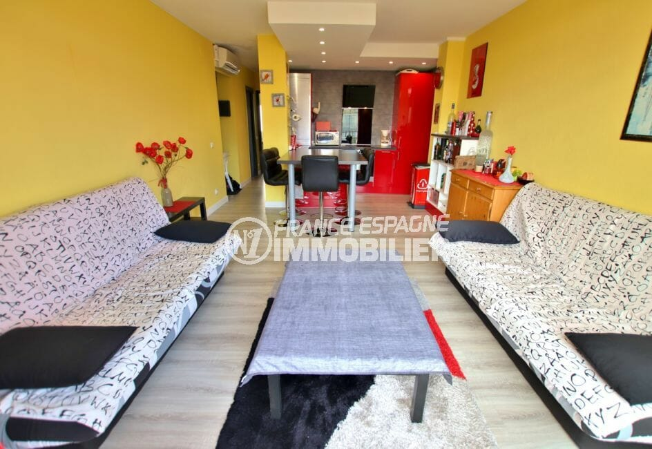 appartement empuria brava: appartement atico, salon/séjour, cuisine américaine, terrasse solarium avec vue mer