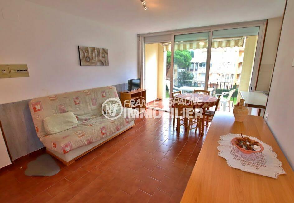 agence immobilière costa brava: appartement 46 m², salon/séjour avec terrasse vue piscine