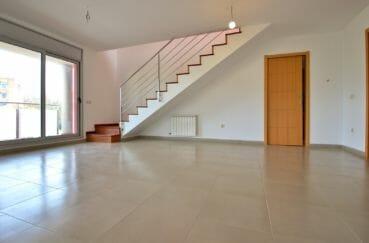 agence immobilière costa brava: appartement 208 m², spacieux salon / séjour vue sur les escaliers
