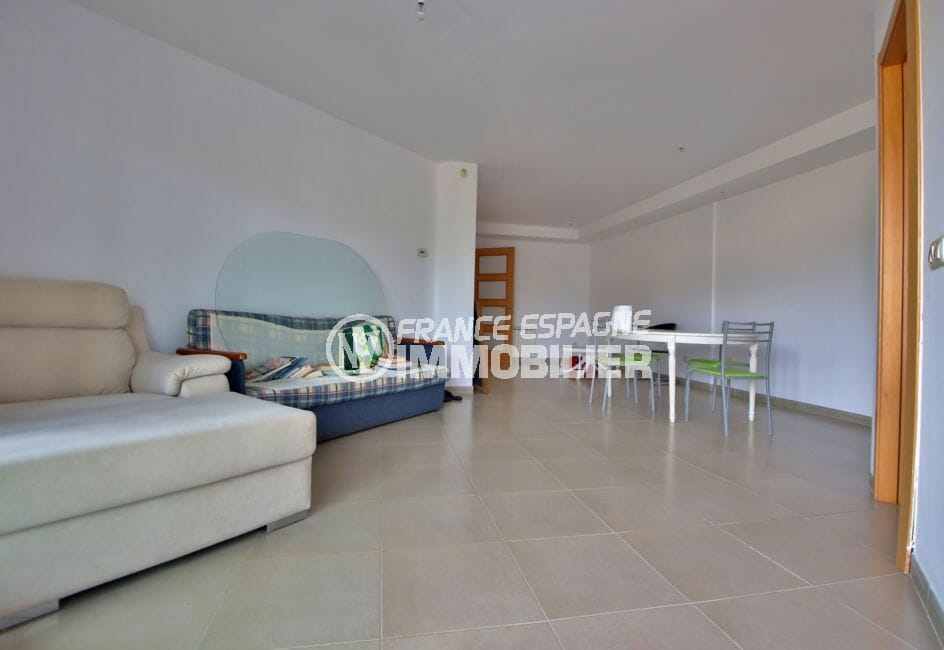immo roses: appartement 108 m², salon/salle à manger spacieuse, carrelage au sol