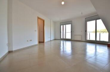 roses espagne: appartement atico, salon / séjour lumineux accès à la terrasse de 37 m²