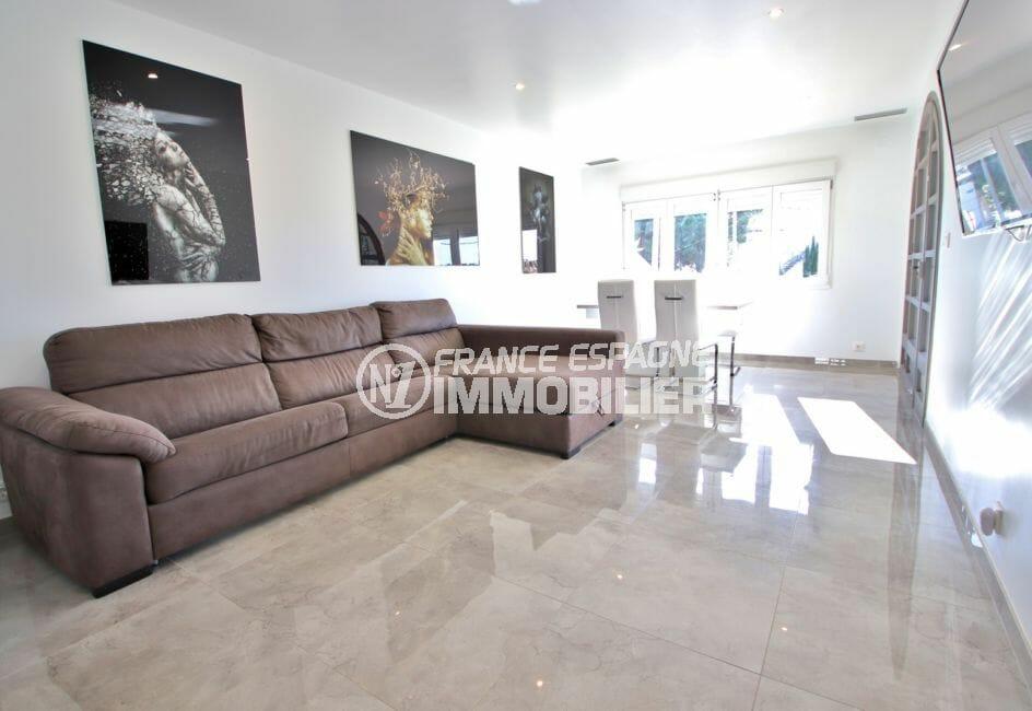 agence immobilière costa brava: villa 140 m², terrain 40, salon spacieux et très lumineux