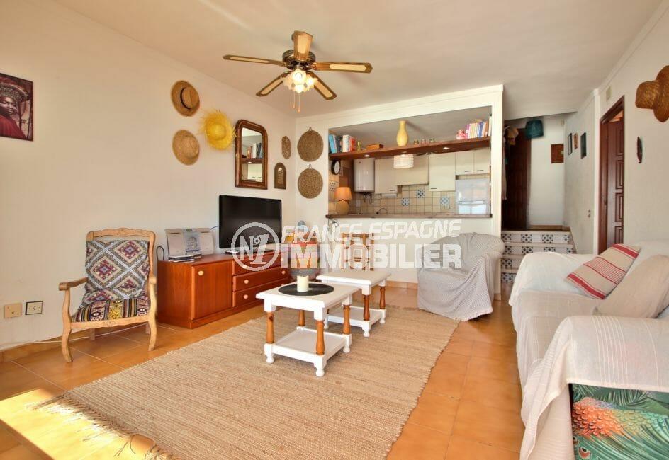 appartement a vendre a rosas, 67 m², salon / séjour avec cuisine semi ouverte