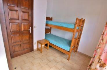 maison à vendre empuriabrava: chambre avec lits superposés, porte accès sur la cour intérieure