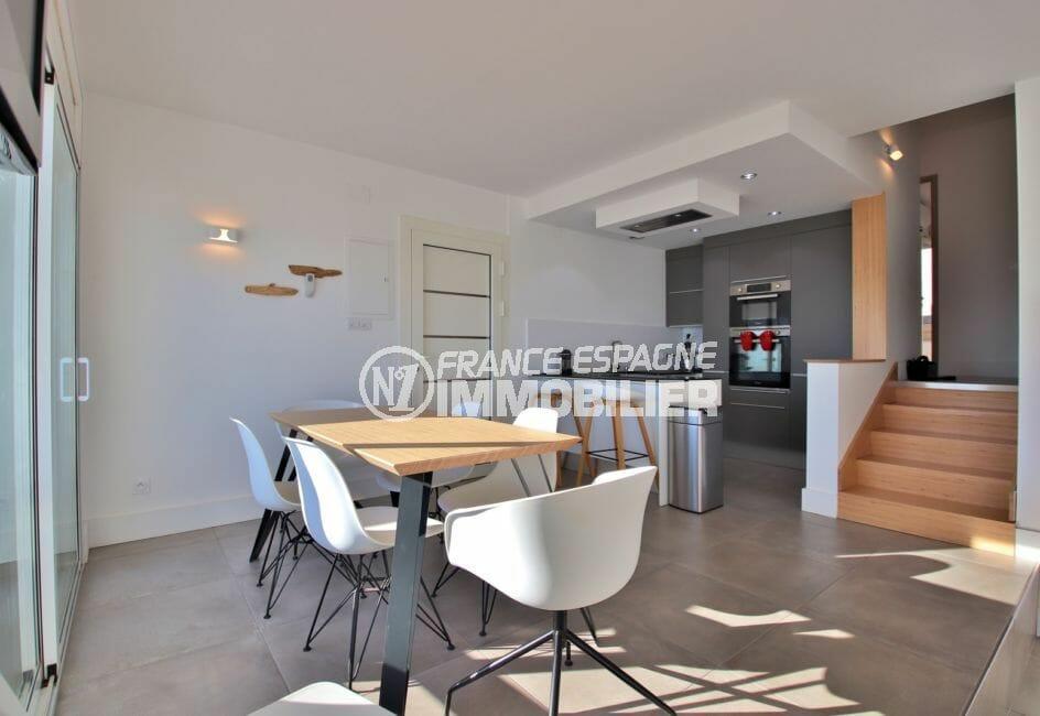 appartements a vendre a rosas, secteur prisé, espace repas vue sur les escaliers