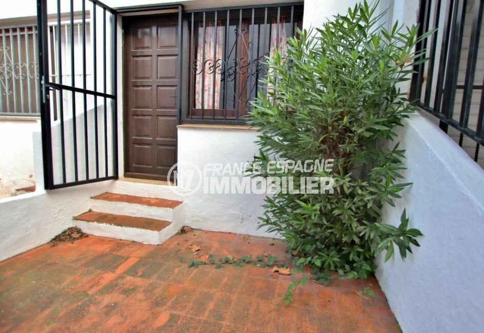 maison a vendre espagne: villa 65 m², cour intérieure, grille de protection à la porte