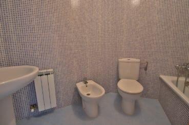 appartement a vendre à rosas 108 m², 1° salle de bain avec baignoire et wc