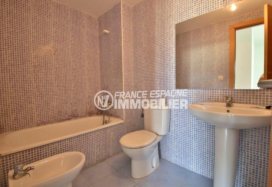appartement à vendre à rosas espagne, duplex atico, salle de bains avec baignoire, lavabo et wc
