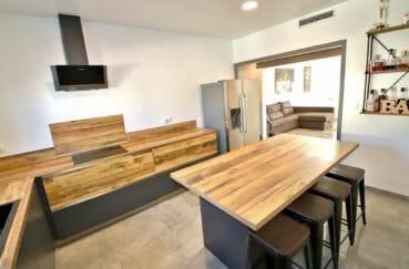 roses immobilier: villa 140 m², cuisine aménagée et équipée: plaques, four, micro-onde, hotte