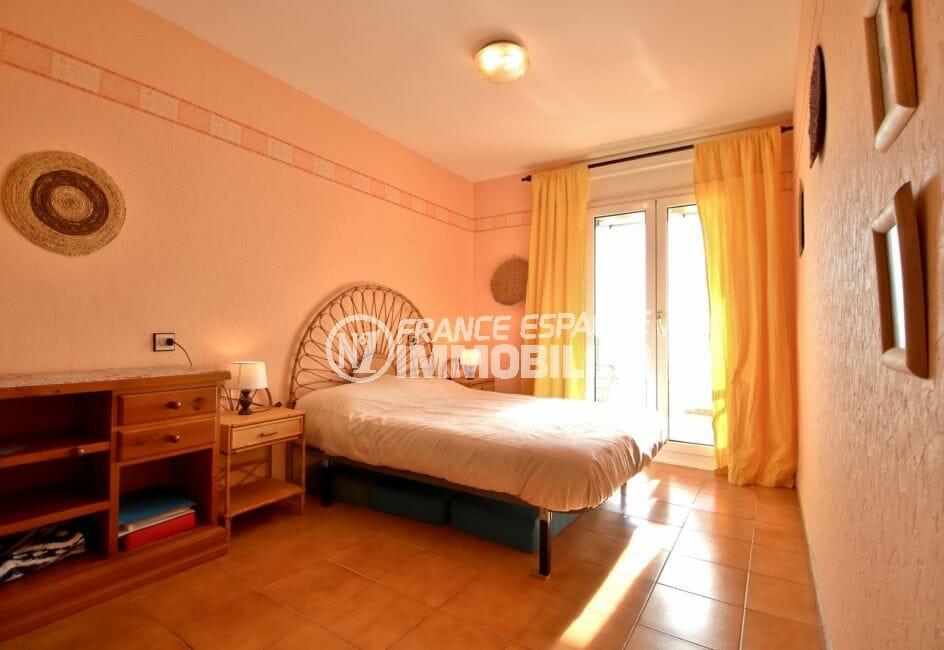 vente appartement rosas espagne, proche plage, première chambre avec lit double accès terrasse