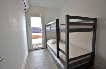 vente appartements rosas espagne, vue mer, troisième chambre avec lits superposés accès terrasse