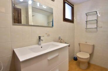 vente immobilier rosas espagne: appartement 67 m², vue sur les wc de la salle de bains avec fenêtre