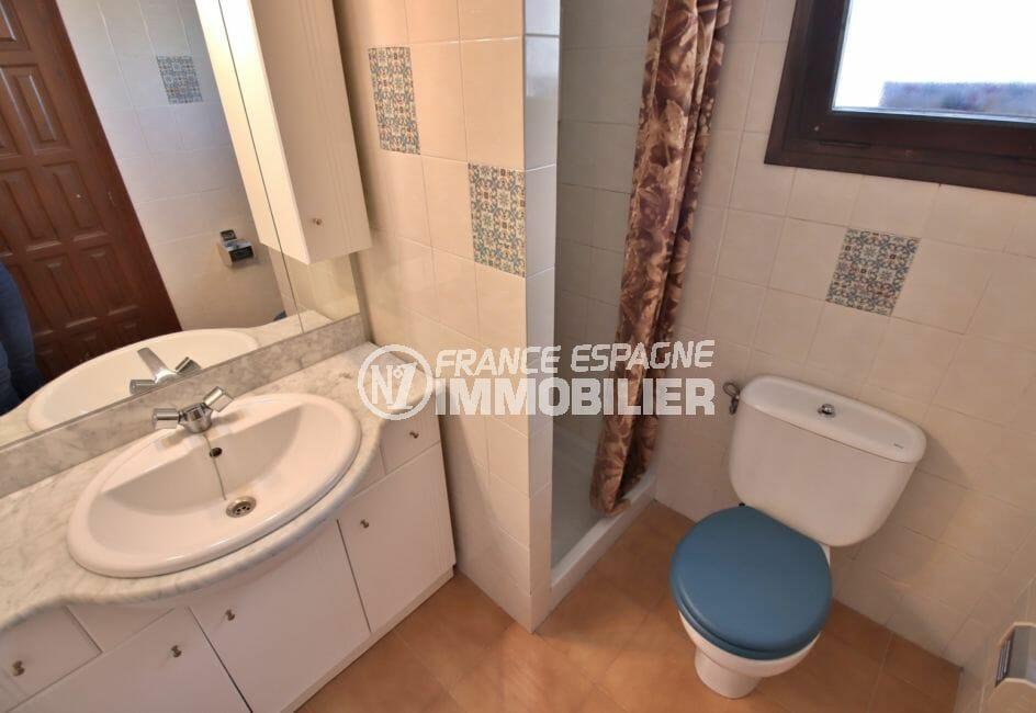 la costa brava: appartement 67 m², salle d'eau avec douche, vasque et wc
