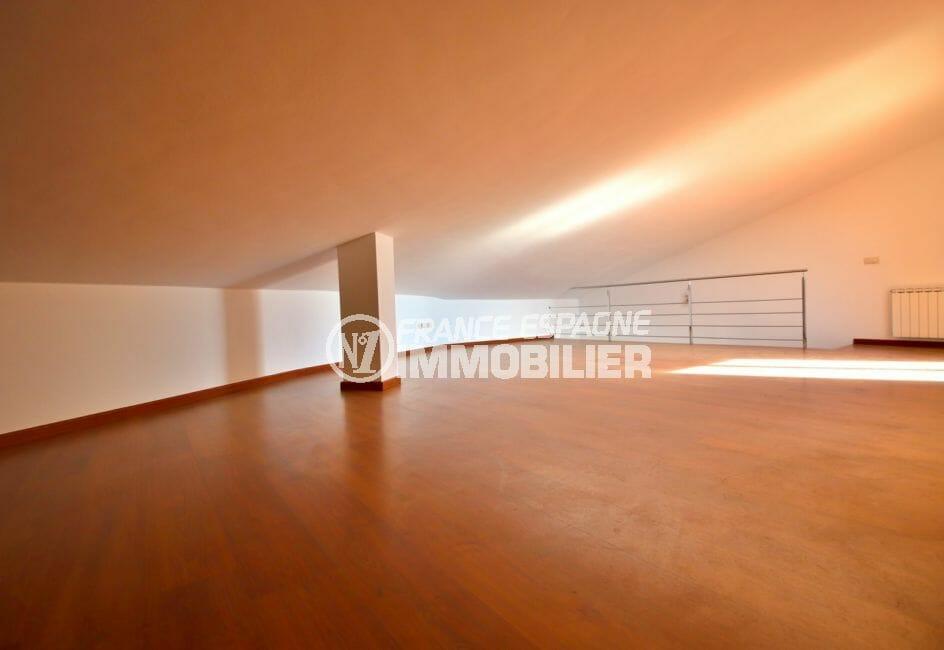 immocenter roses: appartement 208 m², deuxième suite parentale mansardée vue sur escaliers