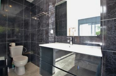 vente immobiliere rosas:  villa 140 m² sur terrain de 407 m², salle d'eau avec douche italienne et wc