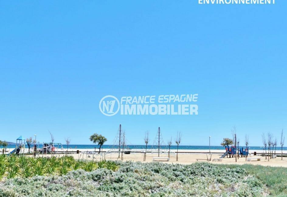 à 600 m plage d'empuriabrava avec aire de jeux pour les enfants