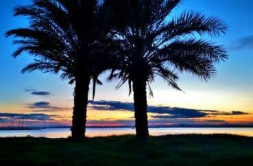 coucher de soleil dans la baie de roses, costa brava