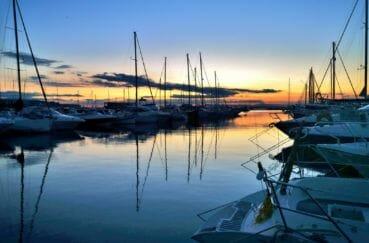 couché de soleil sur le port de plaisance de rosas à proximité