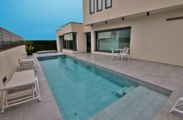 maison roses, terrain 418 m², aperçu de la piscine de 9 m x 2.5 m