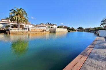 agence immo empuriabrava: villa 334 m², promenade le long du canal et ses belles villas