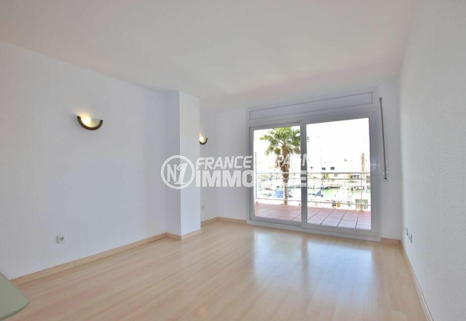 appartements a vendre a rosas, 67 m² avec piscine communautaire, salon avec terrasse de 10 m²