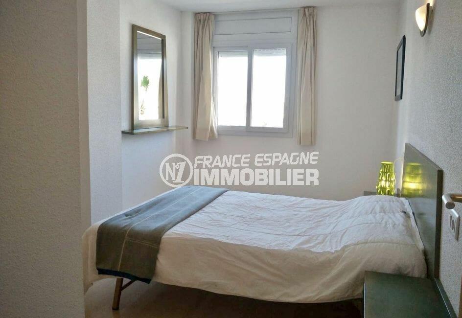 roses espagne: appartement 67 m², chambre parentale lumineuse, volet