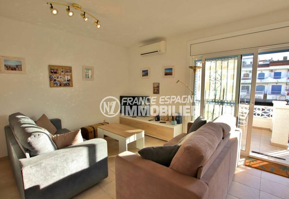 acheter appartement empuriabrava: salon avec terrasse vue sur canal 15 m²