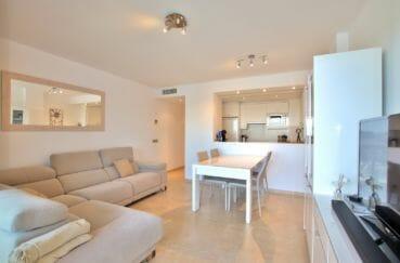 immo roses: appartement 87 m², salon avec cuisine américaine, terrasse 11 m²
