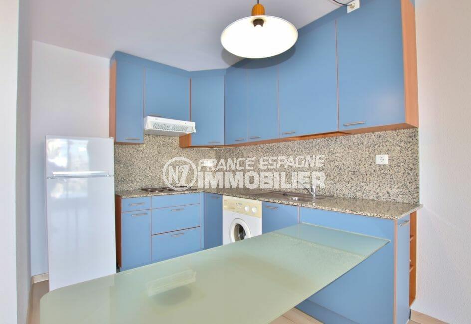 appartement a vendre a rosas, 67 m² avec piscine communautaire, cuisine moderne américaine