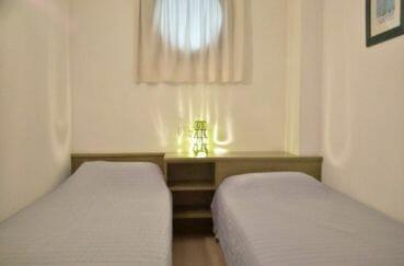 appartement a vendre a rosas: chambre à coucher avec fenêtre hublot