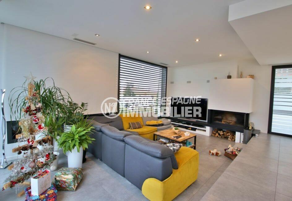 roses espagne: villa 215 m², salon / séjour avec cheminée et belles prestations