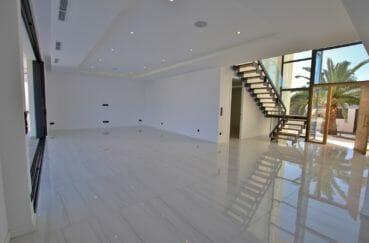 maison a vendre empuriabrava: hall d'entrée spacieux avec armoires encastrées