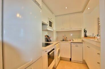 roses espagne: appartement 87 m², cuisine américaine aménagée, nombreux rangements
