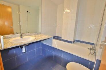rosas immo, appartement 67 m² avec piscine communautaire, salle de bain avec baignoire