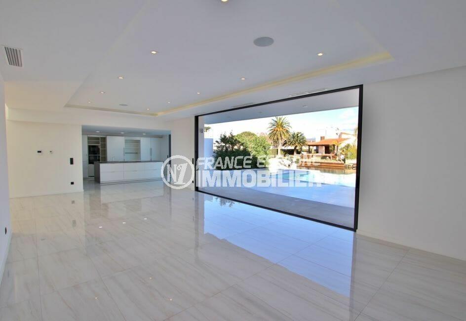 maison a vendre empuria brava: villa 334 m², tsalon/séjour avec cuisine américaine