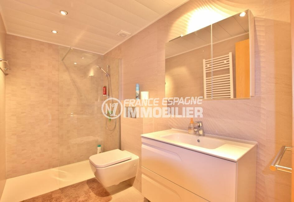 appartements a vendre a rosas: appartement 87 m², salle de bain avec baignoire et wc