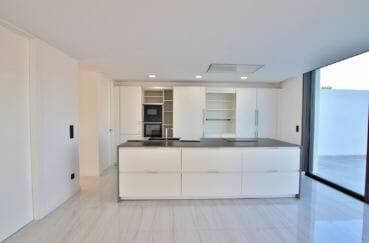 vente maison empuriabrava: villa 334 m², cuisine américaine avec nombreux rangements