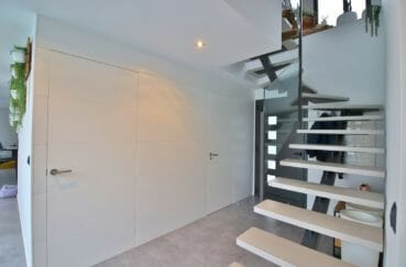 maison a vendre espagne bord de mer, 215 m², aperçu de la porte d'entrée et escaliers