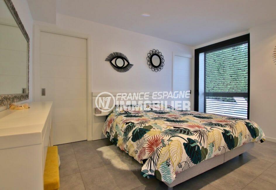 vente immobilier costa brava, villa d'architecte avec piscine, suite parentale avec lit double