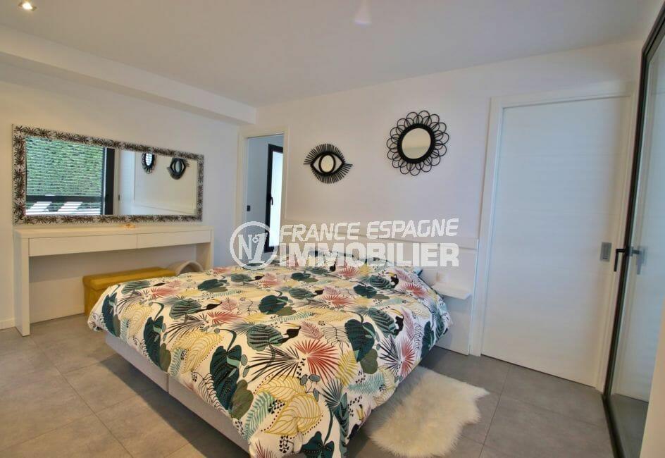 maison a vendre espagne, proche roses, suite parentale lumineuse accès terrasse