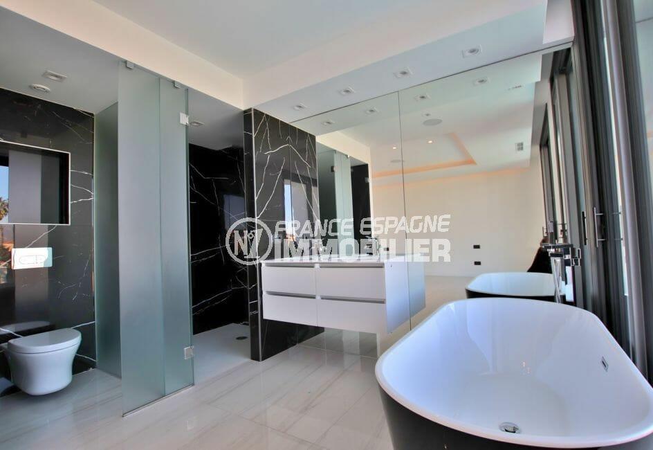 agence immobilière costa brava: villa 334 m², salle de bain avec douche, baignoire et wc