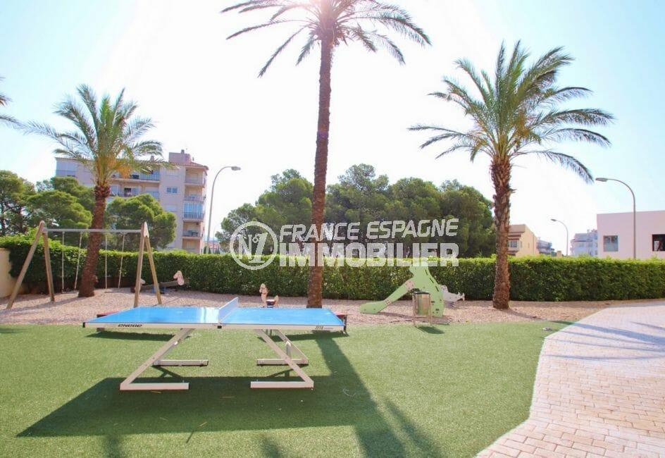 immo center roses: appartement proche de la plage avec ses palmiers, commerces et restaurants
