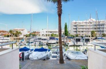 vue de la terrasse, la marina de rosas et ses bateaux