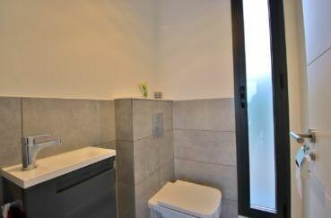 acheter maison costa brava, proche roses, toilettes avec meuble vasque