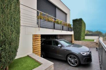 achat immobilier roses: villa 215 m², aperçu du garage 46 m² et parking cour extérieur
