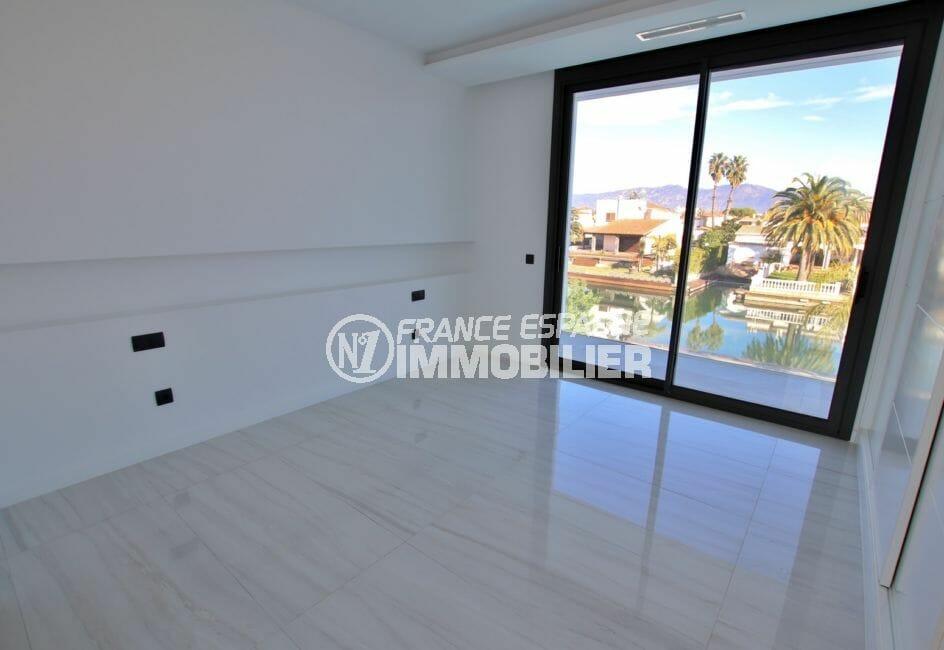 maison a vendre espagne costa brava: suite parentale avec terrasse vue canal