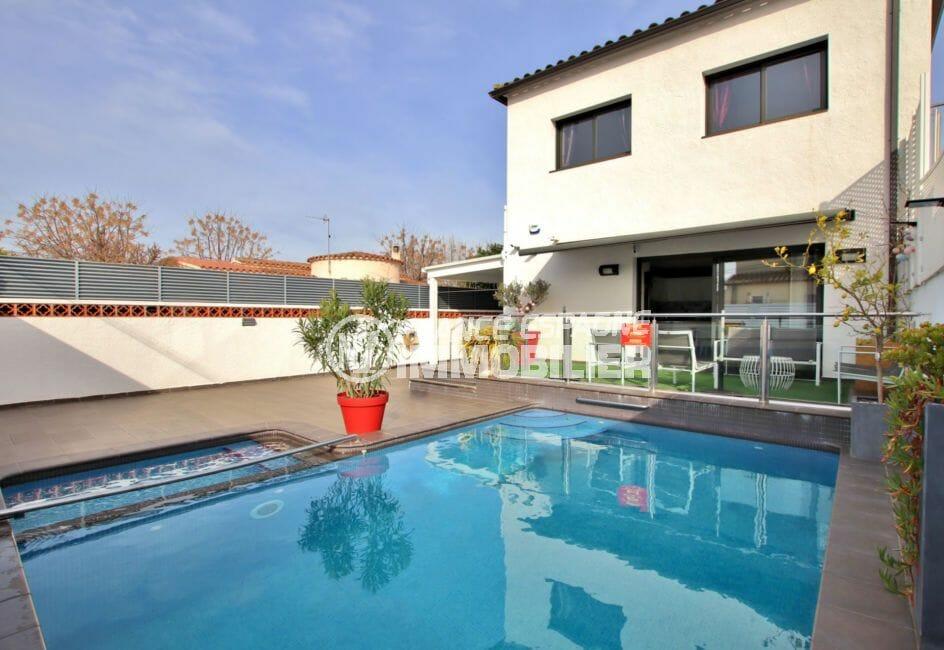maison a vendre empuriabrava, ref.4078, aperçu de la piscine chauffée et de la terrasse