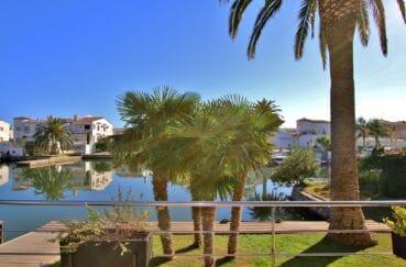 maison a vendre empuriabrava, piscine, vue sur le grand canal amarre de 14 m