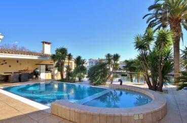vente maison empuriabrava, amarre, aperçu de la piscine / jacuzzi et cuisine d'été
