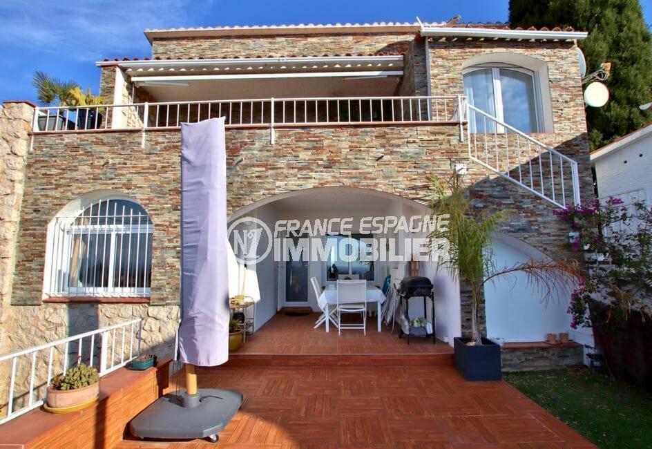 roses espagne: villa 192 m², vue sur la porte d'entrée avec terrasse couverte
